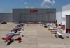 Aeronaves estacionadas em frente a um dos hangares de manutenção da TAM.