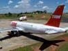 Airbus A-320-231 da TAM, PT-MZQ, em frente ao Airbus A-320-232, PR-MAP, também da TAM.