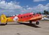 Beechcraft E-18S, PT-DHI, aeronave número 4 da Esquadrilha OI. Esta é uma das primeiras aparições deste avião com as cores vermelho e amarelo, em razão do lançamento do novo logo da empresa OI de telefonia.