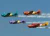 """Esquadrilha OI iniciando a apresentação com o North American T-6D, PT-KRC, aeronave número 1, pilotada pelo Carlos Edo, North American T-6D, PT-LDQ, aeronave número 2, comandada pelo Laert Gouvêa, North American T-6D, PT-LDO, aeronave número 3, pilotada pelo Gustavo Albrecht, e o Beechcraft E-18S, PT-DHI, aeronave número 4, pilotada pelo Marcelo """"Negão""""."""