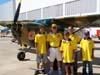 Fernando de Arruda Botelho, segundo da esquerda para a direita, em frente ao Cessna 185F Skywagon, PR-IAB, ao lado de seus convidados, todos com a camisa do Broa Fly-in, evento realizado por ele.