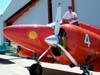 Jorge Luís Stocco, responsável pela restauração das aeronaves do Museu Asas de Um Sonho, na asa esquerda do Beechcraft E-18S, PT-DHI, aeronave número 4 da Esquadrilha OI, também restaurada por ele quando trabalhava para o Circo Aéreo. Esta é uma das primeiras aparições deste avião com as cores vermelho e amarelo, em razão do lançamento do novo logo da empresa OI de telefonia.