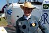 Pedrinho Mello, piloto do Brazilian Wingwalking Airshows, em frente ao Grumman Showcat.