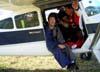 Pára-quedistas aguardando o taxiamento do Cessna 180H Skywagon, PT-DAN.