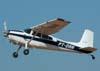 Decolagem do Cessna 180H Skywagon, PT-DAN, usado para o lançamento de pára-quedistas.