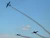 Pill-off (dispersão para o pouso) dos aviões da Esquadrilha Oi. À partir da esquerda, o North American T-6D, PT-KRC (verde), aeronave número 1, pelotada pelo Comandante Carlos Edo, o North American T-6D, PT-LDQ, aeronave número 2 (roxo), pilotada pelo Leandro, o  e o North American T-6D, PT-LDO, aeronave número 3, pilotada pelo Hernani.