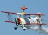 """A wingwalker Marta Bognar durante a manobra chamada de """"triplano"""" no Grumman G-164B """"Showcat"""", PP-XDI, pilotado por Pedrinho Mello."""