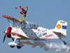 """A wingwalker Marta Bognar durante a manobra chamada de """"estrela"""" no Grumman G-164B """"Showcat"""", PP-XDI, pilotado por Pedrinho Mello."""