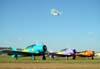 O Grumman Showcat, PP-XDI, sobrevoando o aeroporto Doutor Adhemar de Barros, com os aviões da Esquadrilha Oi abaixo. À partir da esquerda, o North American T-6D, PT-KRC (verde), aeronave número 1, North American T-6D, PT-LDQ, aeronave número 2 (roxo), e o North American T-6D, PT-LDO, aeronave número 3.