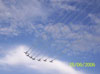 Tucanos da Esquadrilha da Fumaça saindo de um looping.