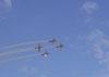 Tucanos da Esquadrilha da Fumaça invertendo posições em formação.