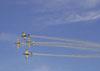 Tucanos da Esquadrilha da Fumaça invertendo posições em formação invertida (duas aeronaves em cada posição).