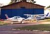 Da esquerda para a direita, o Piper PA-28 Cherokee 140, PT-DCW, e o Cessna 172L Skyhawk, PT-KRL, do Aeroclube de São Carlos. (2000). Foto: Diego Fernandes.