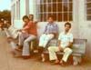 O mito Alberto Bertelli, de bigode, atrás de Fernando Sarracini, de camisa vermelha, em frente à secretaria do Aeroclube de São Carlos. (1976) Foto: Fernando Sarracini.