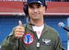O locutor da apresentação em São Carlos, Tenente Aviador Ricardo Felzcky, piloto do tucano número 4 da Esquadrilha da Fumaça, pouco antes da apresentação.