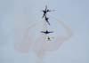 """""""A Bomba"""". O Embraer T-27 Tucano número 7 da Esquadrilha da Fumaça, pilotado pelo Major Aviador Afonso Henrique, passando próximo aos aviões número 1, comandado pelo Major Aviador Davi, 2, pilotado pelo Tenente Aviador Anderson Amaro, 3, pilotado pelo Tenente Aviador Baldin, e 4, comandado pelo Tenente Aviador Felzcky, que se cruzam após a passagem do número 7, que foi contra eles."""
