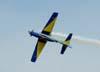 Embraer T-27 Tucano número 7 da Esquadrilha da Fumaça, comandado pelo Major Aviador Afonso Henrique, iniciando um giro de 360° em vôo invertido.