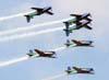 """Os Embraer T-27 Tucano 1, comandado pelo Major Aviador Davi, 2, pilotado pelo Tenente Aviador Anderson Amaro, 3, pilotado pelo Tenente Aviador Baldin, 4, comandado pelo Tenente Aviador Felzcky, excepcionalmente com o número 7, 5, pilotado pelo Tenente Aviador Márcio, e 6, excepcionalmente com o número 1, comandado pelo Capitão Aviador Caldas, da Esquadrilha da Fumaça, realizando o """"Espelhão""""."""