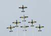 Os sete Embraer T-27 Tucano da Esquadrilha da Fumaça subindo para fazer um looping.