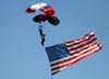 Paraquedistas com a bandeira dos Estados Unidos. (02/04/2011) Foto: Celia Passerani.