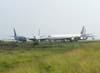 """Aeronaves no """"cemitério de aviões"""". A partir da esquerda, o Boeing 737-214, PP-SMR, da VASP, o Boeing 707-321C, PT-MTE, da Skymaster, o Douglas DC-8-61F, PR-ABA, da Air Brasil, empresa que não chegou a operar vôos cargueiros, ex-ABSA Cargo Airline, e atrás dele, o Douglas DC-8-54F, PP-TAR, da TCB-Promodal. (19/02/2007)"""