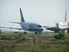 """À esquerda, o Boeing 737-214, PP-SMR, da VASP, e à direita o Boeing 707-321C, PT-MTE, da Skymaster, no """"cemitério de aviões"""". (19/02/2007)"""