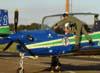 """Capitão Aviador Santos sendo ajudado por um """"Anjo da Guarda"""" para sair do Embraer T-27 Tucano, FAB 1435, aeronave número 3 da Esquadrilha da Fumaça. (01/07/2007) Foto: Titolívio de Oliveira Neto"""