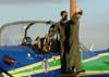 Tenente Aviador Ricardo Felzcky cumprimentando o público na asa esquerda do Embraer T-27 Tucano, FAB 1358, aeronave número 4 da Esquadrilha da Fumaça. (01/07/2007) Foto: Titolívio de Oliveira Neto
