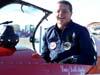 Luiz Dell´Aglio saindo do cockpit do Extra 230, PT-ZUN, logo após a segunda apresentação. (01/07/2007)
